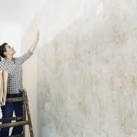 Poser du papier peint avec raccord, un revêtement tendance